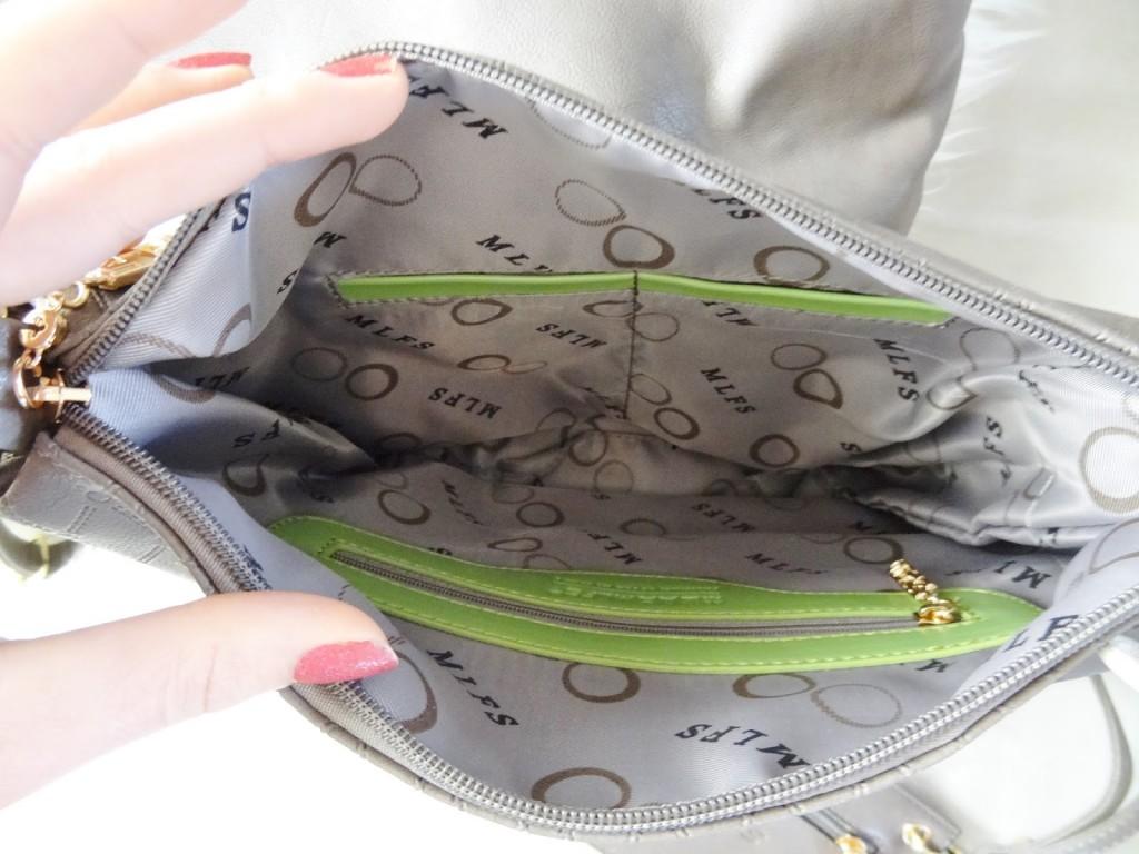 4d7bf941036 Aan de binnenkant van het middenformaat tasje zitten nog een ritsvakje en  twee telefoonvakjes. Handig! Het voordeel van deze tassen set ...
