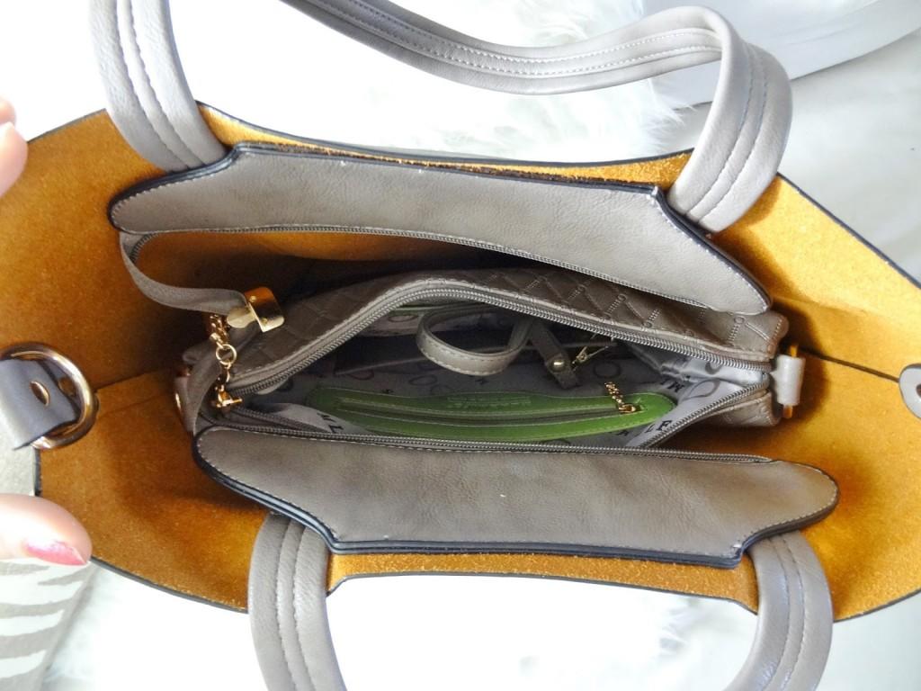 b45116b5902 Het voordeel van deze tassen set is dat je het middenformaat tasje (én het  portemonneetje) standaard in de shopper kan doen. Deze kunnen volledig  afgesloten ...